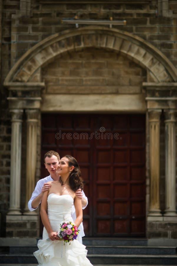 Huwelijksfoto met de bruid en de bruidegom stock foto