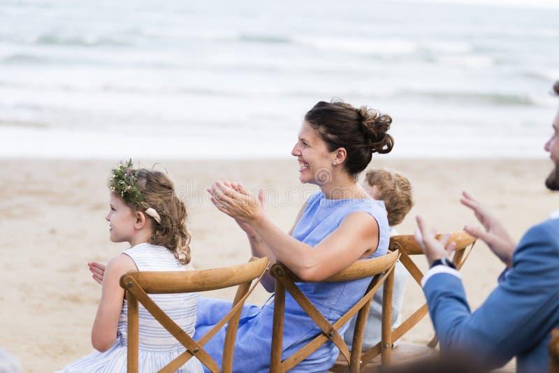 Huwelijksgasten die voor de bruid en de bruidegom slaan stock afbeeldingen