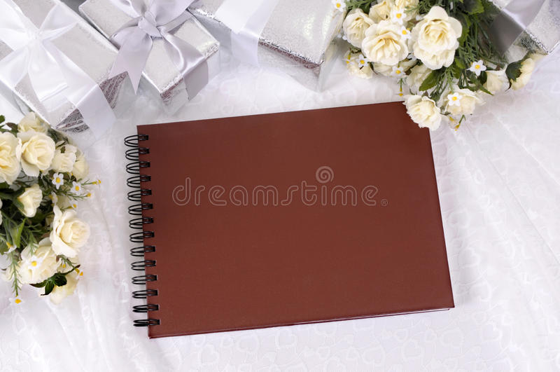 Huwelijksgiften en fotoalbum stock afbeeldingen