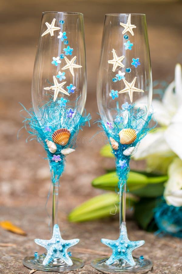Huwelijksglazen voor champagne en bruids boeket stock fotografie