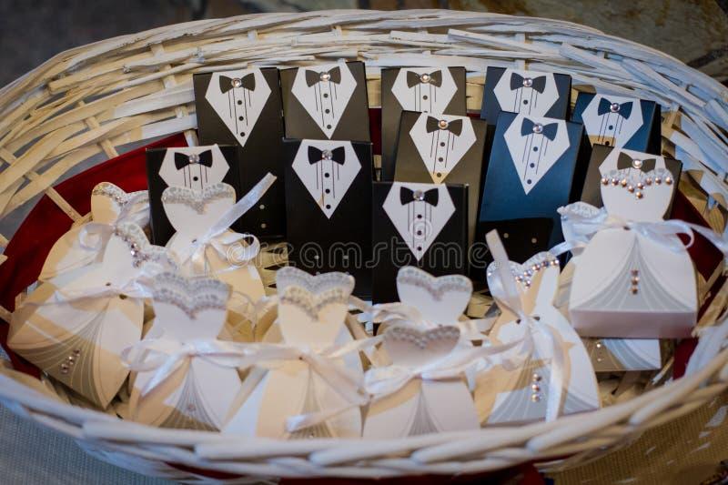 Huwelijksgunsten voor de gasten in een rieten mand stock fotografie