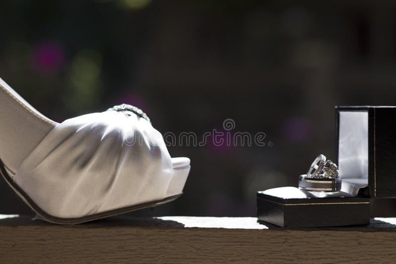 Huwelijkshiel en Ringen stock fotografie