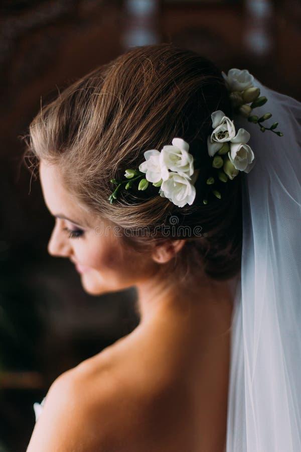 Huwelijkskapsel van de bruid, mooie bloemdecoratie in hoofd stock fotografie