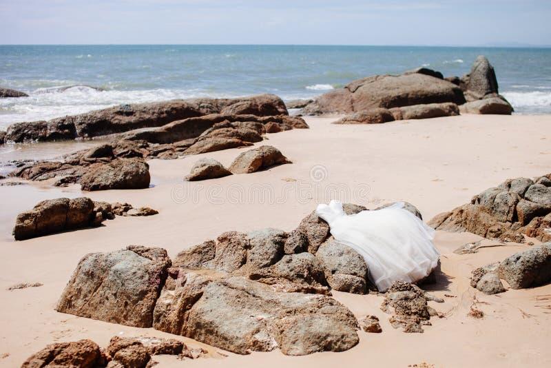 Huwelijkskleding op strand met overzeese mening royalty-vrije stock afbeelding