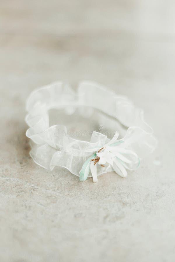 Huwelijkskouseband op witte bruids toebehoren als achtergrond royalty-vrije stock foto