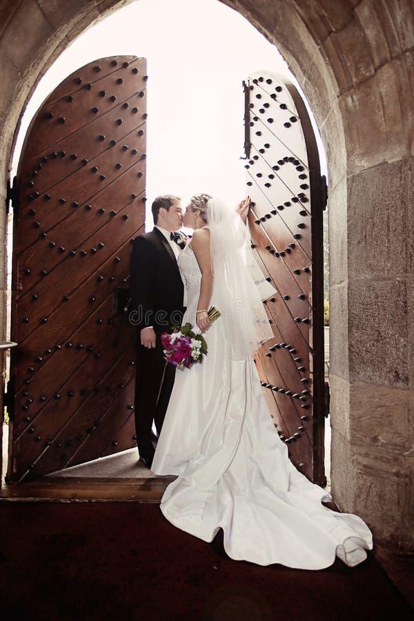 Huwelijkskus stock foto's
