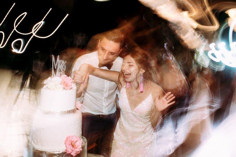 Huwelijkslichten en gelukkig enkel echtpaar stock fotografie