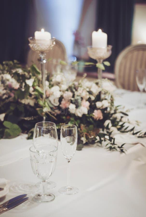 Huwelijkslijst die met klassieke stoelen, elegante floristicsdecoratie in banket plaatsen restoraunt De bloemensamenstelling royalty-vrije stock afbeelding