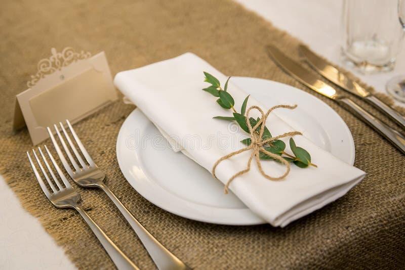 Huwelijkslijst die in rustieke stijl plaatsen De Stijl van Eco De decoratie van het huwelijk Lijst die met een teken voor het eti royalty-vrije stock afbeeldingen