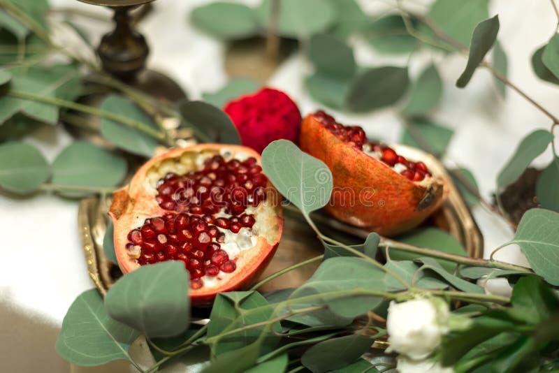 Huwelijkslijst het plaatsen is verfraaid met verse bloemen in een messingskom en gouden kaarsen in messingskandelaars Huwelijk stock afbeeldingen