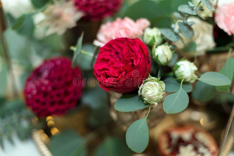 Huwelijkslijst het plaatsen is verfraaid met verse bloemen in een messingskom en gouden kaarsen in messingskandelaars Huwelijk royalty-vrije stock foto