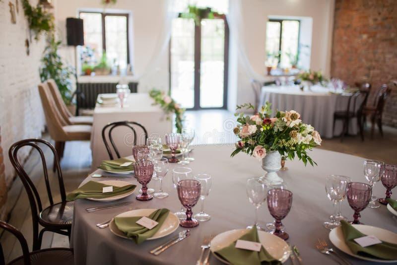 Huwelijkslijst met bloemen wordt verfraaid die stock afbeelding