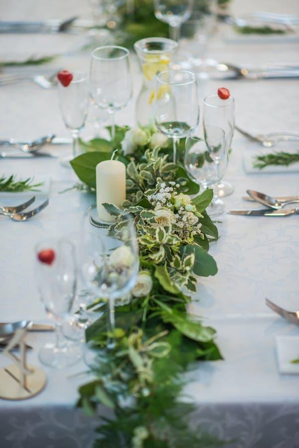 Huwelijkslijst met exclusieve bloemendieregeling op ontvangst, huwelijks of gebeurtenisbelangrijkst voorwerp in groenstijl wordt  stock foto's