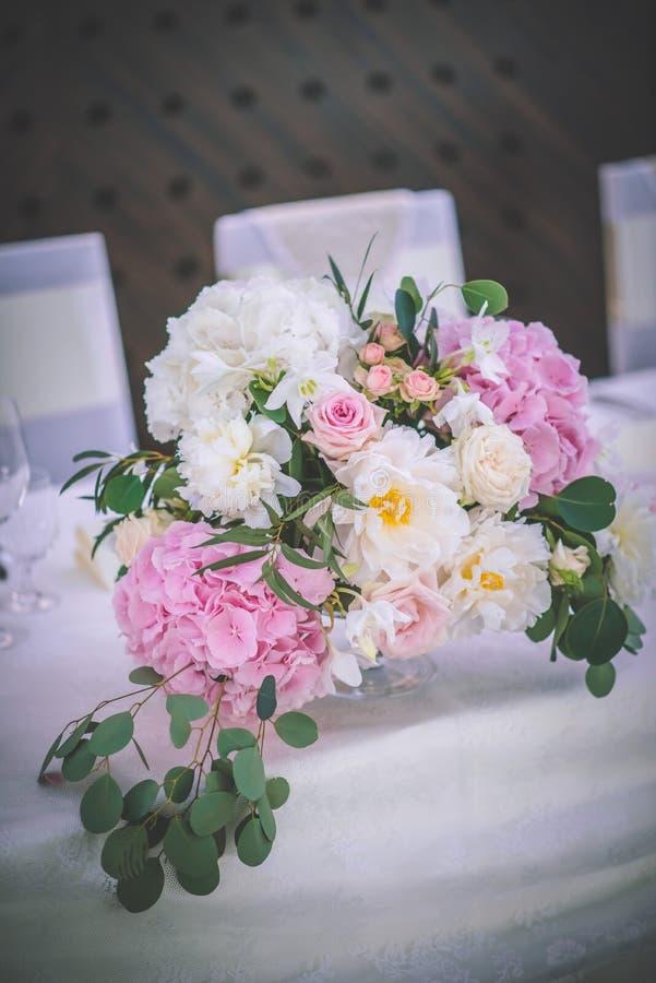 Huwelijkslijst met exclusieve bloemendieregeling op ontvangst, huwelijks of gebeurtenisbelangrijkst voorwerp in romantische roze  royalty-vrije stock foto