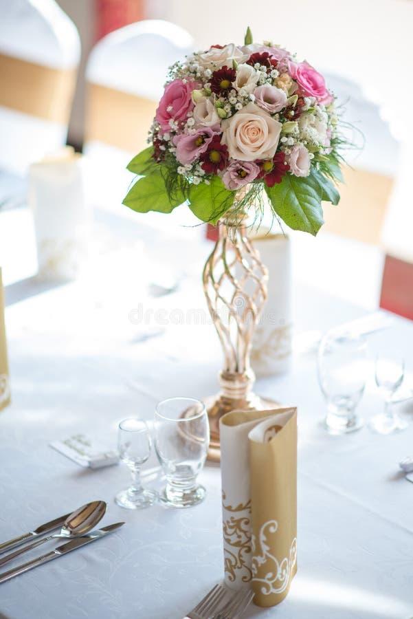 Huwelijkslijst met exclusieve bloemendieregeling op ontvangst, huwelijks of gebeurtenisbelangrijkst voorwerp in romantische roze  stock afbeeldingen