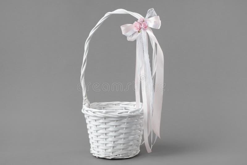 Huwelijksmand voor rozenbloemblaadjes stock foto
