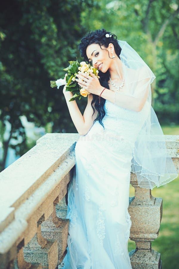 Huwelijksmanier en mode Sensuele vrouw met huwelijksboeket Vrouw met bloemen op balkon Schoonheidsmeisje met bruids stock afbeeldingen