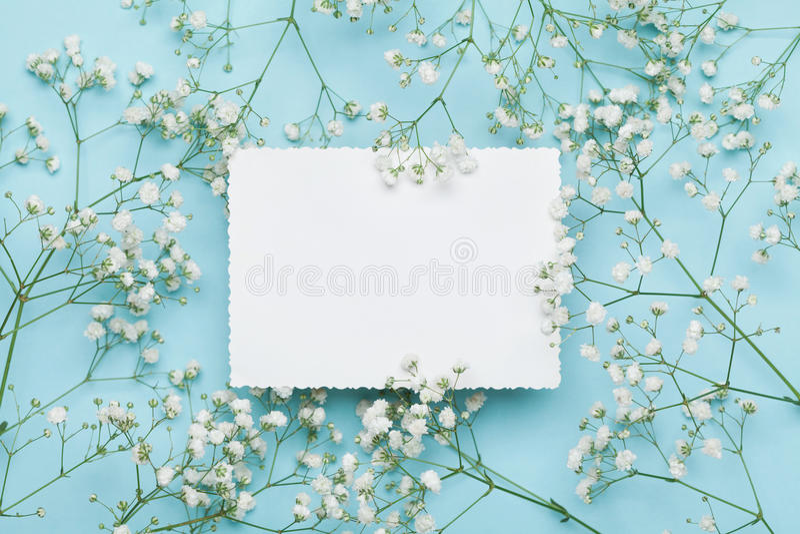 Huwelijksmodel met Witboek hierboven lijst en bloemengypsophila op blauwe lijst van Mooi bloemenpatroon vlak leg stijl royalty-vrije stock afbeelding