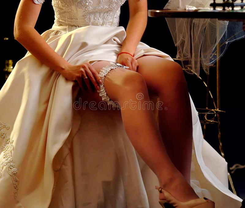 Huwelijksnacht die kouseband voorbereiden Bruid het ontkleden royalty-vrije stock fotografie
