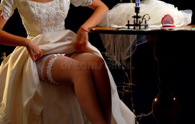 Huwelijksnacht die kouseband voorbereiden Bruid het ontkleden royalty-vrije stock foto