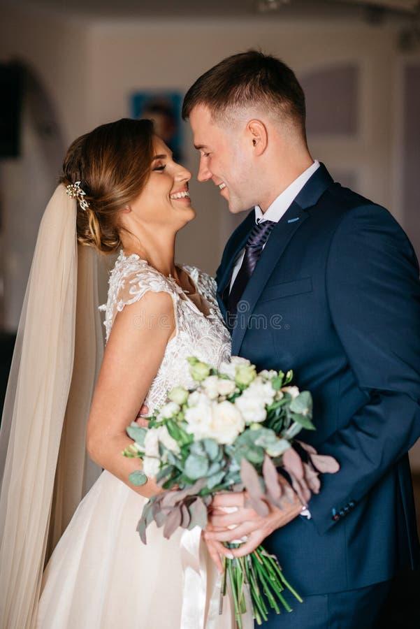 Huwelijksochtend Eerste vergadering van bruid en bruidegom in de bruids flats vóór huwelijksceremonie royalty-vrije stock fotografie
