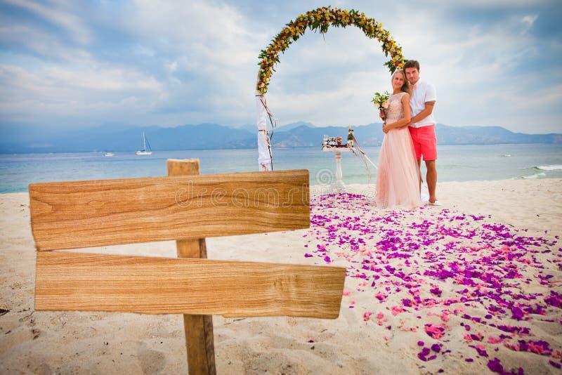 Huwelijkspaar bij het strand stock afbeeldingen