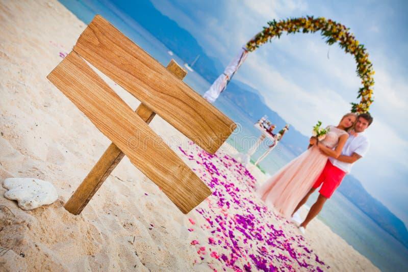 Huwelijkspaar bij het strand royalty-vrije stock foto's
