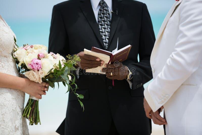 Huwelijkspaar bij openluchtceremonie royalty-vrije stock afbeelding