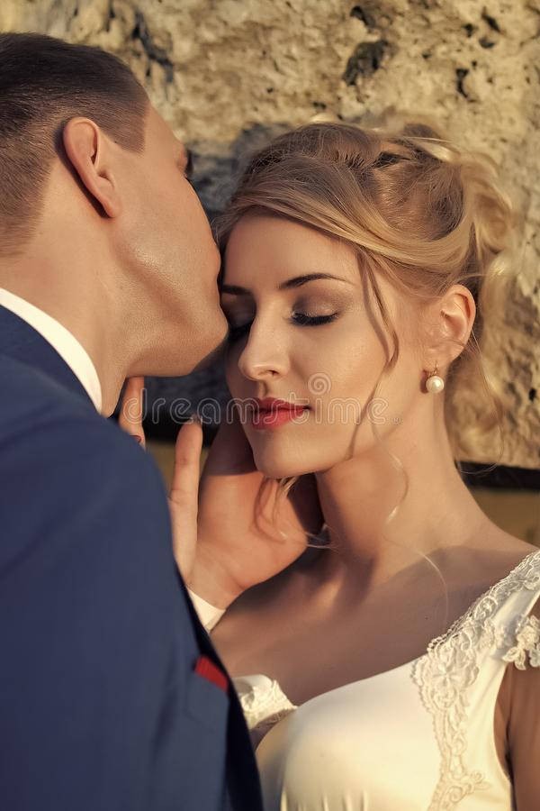 Huwelijkspaar bij zonsondergang stock fotografie