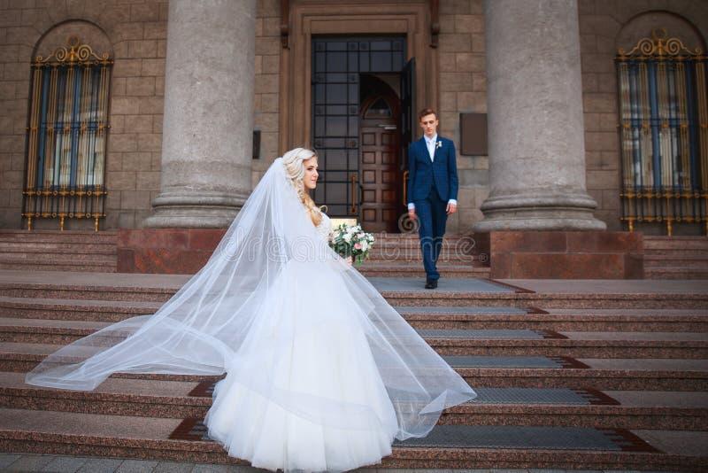 Huwelijkspaar dichtbij een kerk Het huwelijkspaar koestert elkaar Schoonheidsbruid met bruidegom royalty-vrije stock foto
