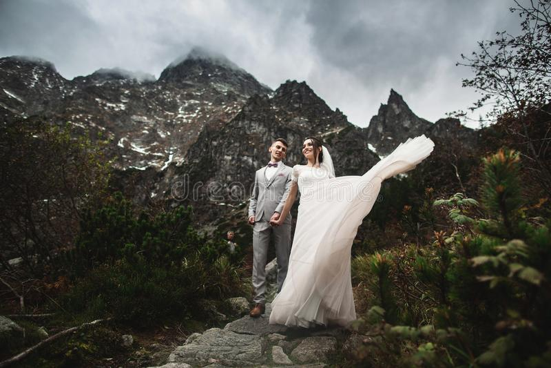 Huwelijkspaar die dichtbij het meer in Tatra-bergen in Polen lopen Morskie Oko De mooie Dag van de Zomer stock foto