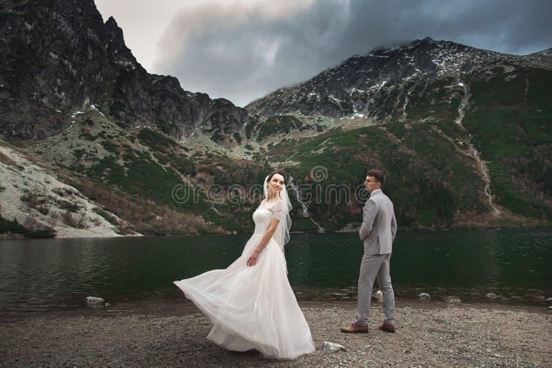 Huwelijkspaar die dichtbij het meer in Tatra-bergen in Polen lopen Morskie Oko De mooie Dag van de Zomer royalty-vrije stock afbeeldingen
