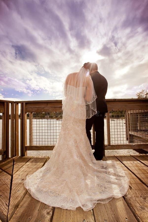 Huwelijkspaar met Onweerswolken stock afbeelding