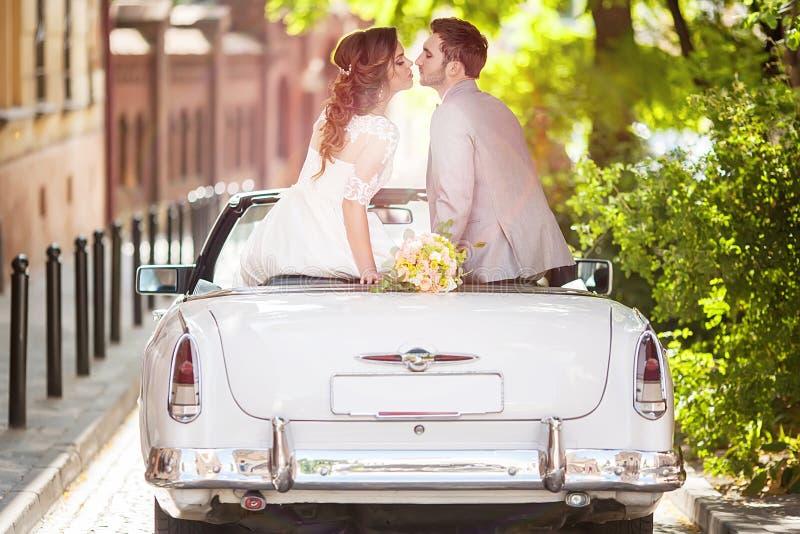 Huwelijkspaar met oude auto royalty-vrije stock foto