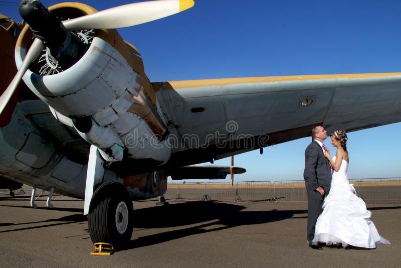 Huwelijkspaar met vliegtuig royalty-vrije stock foto