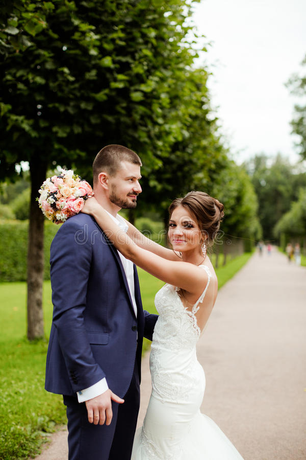 Huwelijkspaar, mooie jonge bruid en bruidegom stock afbeeldingen