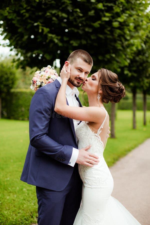 Huwelijkspaar, mooie jonge bruid en bruidegom stock foto's