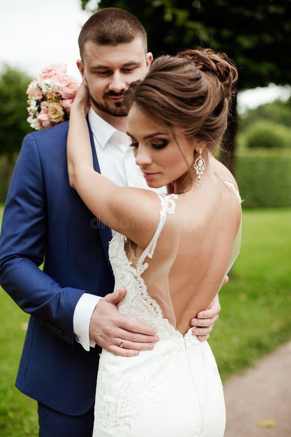 Huwelijkspaar, mooie jonge bruid en bruidegom royalty-vrije stock foto's