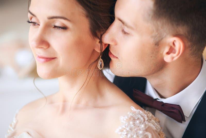 Huwelijkspaar op de studio De dag van het huwelijk Gelukkige jonge bruid en bruidegom op hun huwelijksdag Huwelijkspaar - nieuwe  royalty-vrije stock foto's