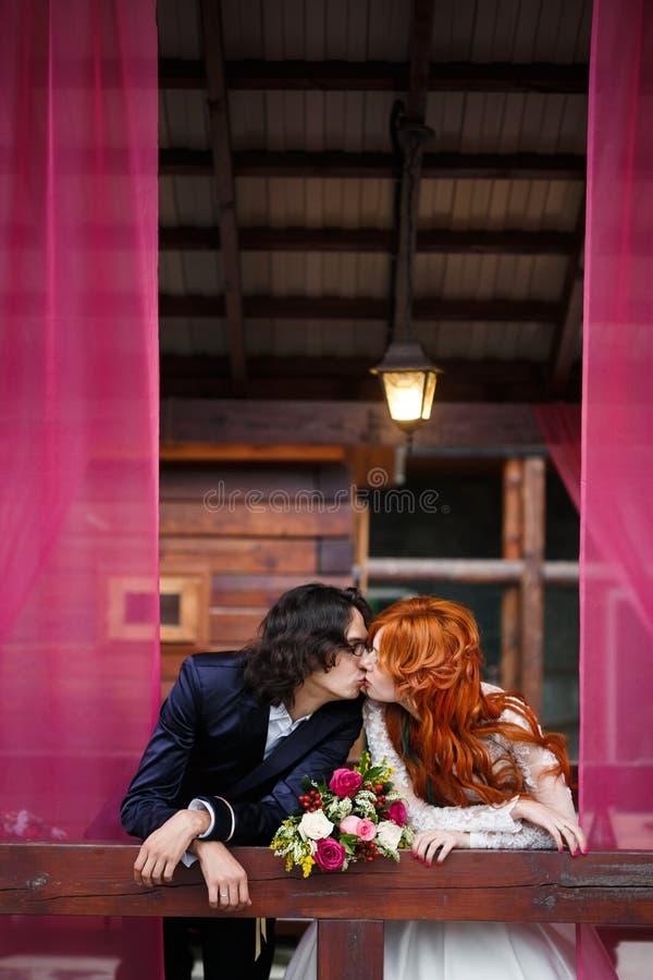 Huwelijkspaar in rustieke stijl royalty-vrije stock foto's