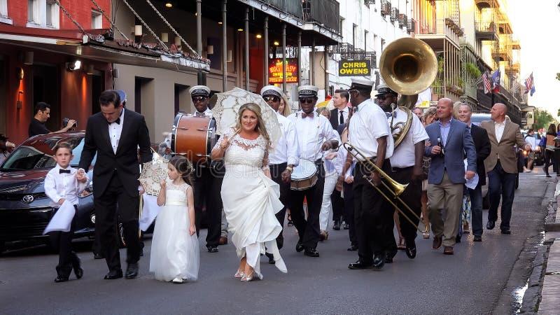 Huwelijksparade en Band Maart onderaan de Straten van New Orleans Fr stock afbeeldingen