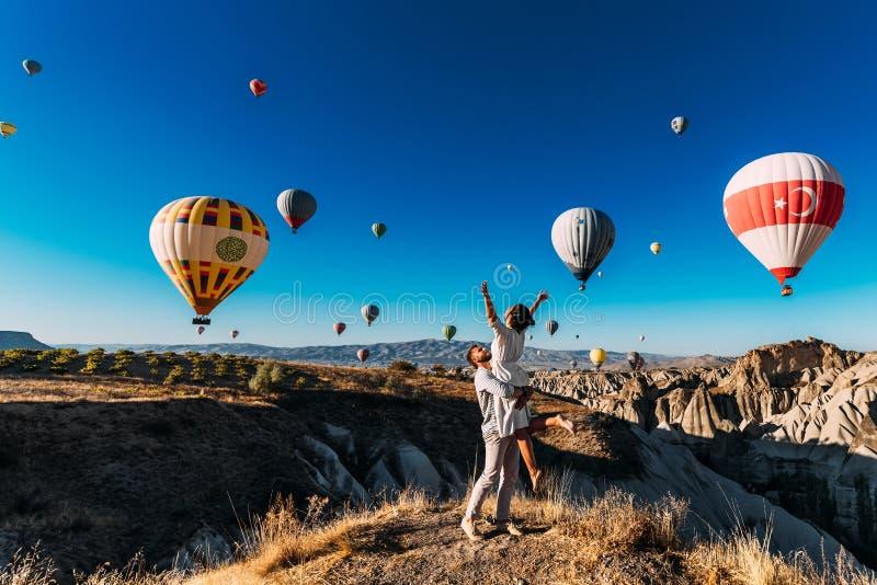 Huwelijksreis Wittebroodswekenreis Paar in liefde onder ballons Een kerel stelt aan een meisje voor Paar in liefde in Cappadocia  stock fotografie