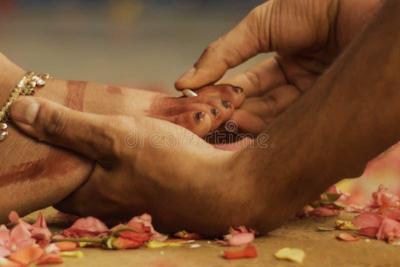huwelijksrituelen, Indische huwelijksrituelen van bruid en bruidegom met huwelijksachtergrond stock fotografie