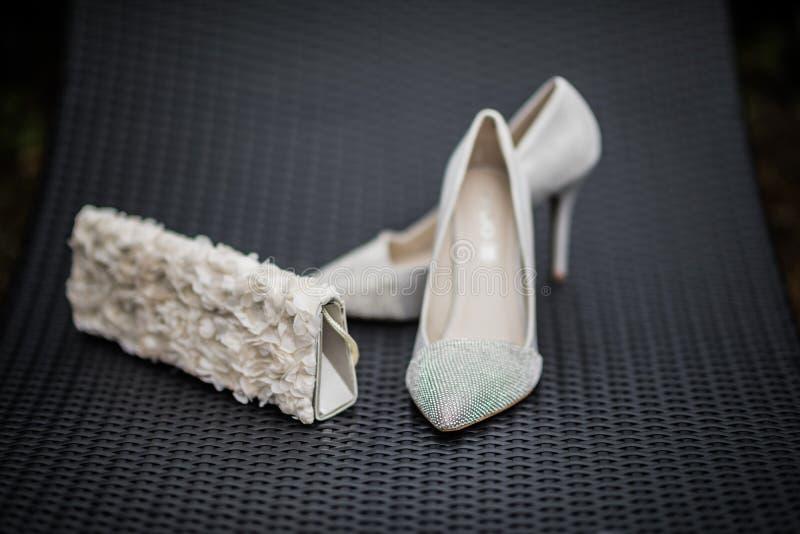 Huwelijksschoenen en beurs stock foto's