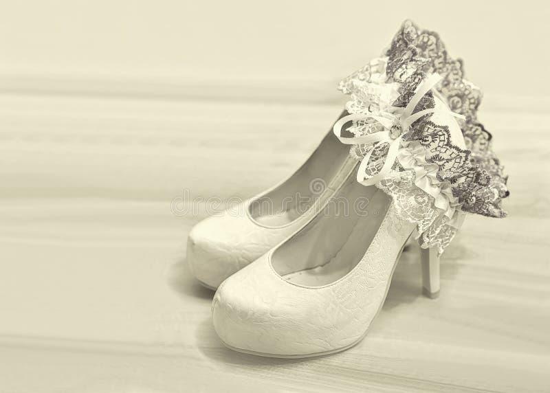 Huwelijksschoenen en kouseband van bruid royalty-vrije stock afbeelding