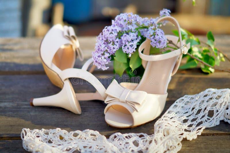 Huwelijksschoenen op de lijst stock afbeelding