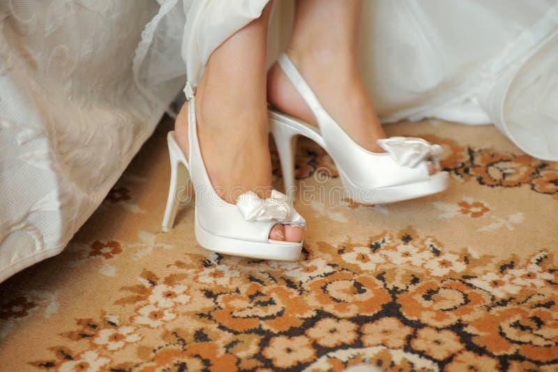 Huwelijksschoenen op Tapijt stock foto's