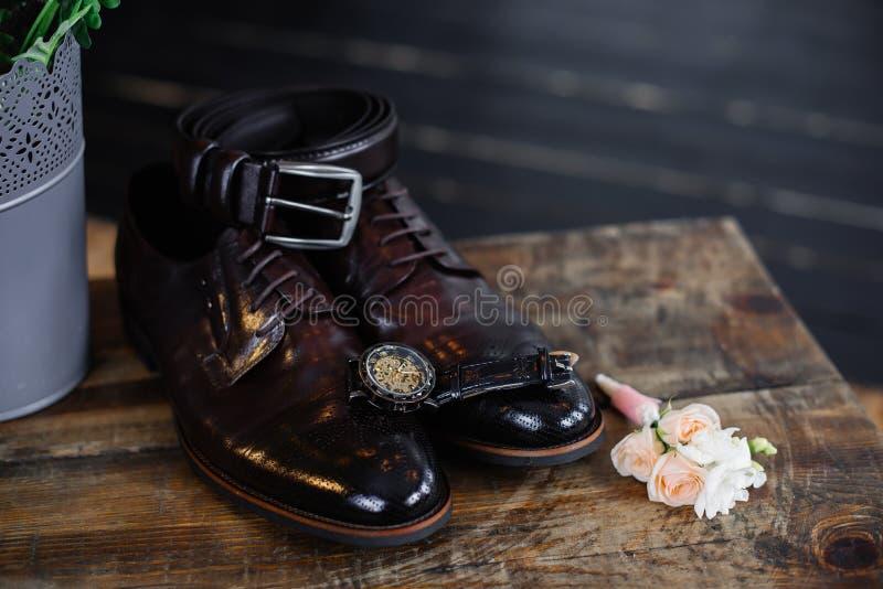 Huwelijksschoenen van de bruidegom op een donkere achtergrond stock afbeelding