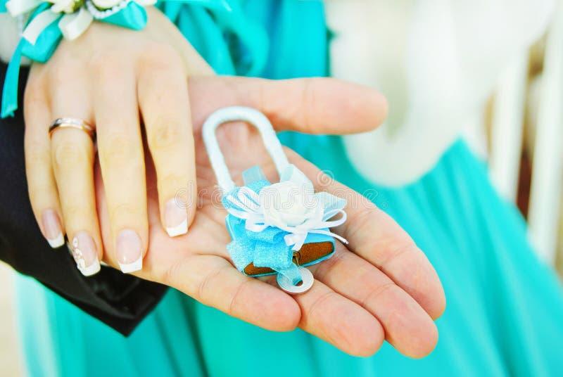 Huwelijksslot in handenbruid en bruidegom stock foto