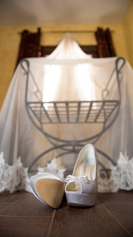 Huwelijkssluier en schoenen op stoel royalty-vrije stock foto